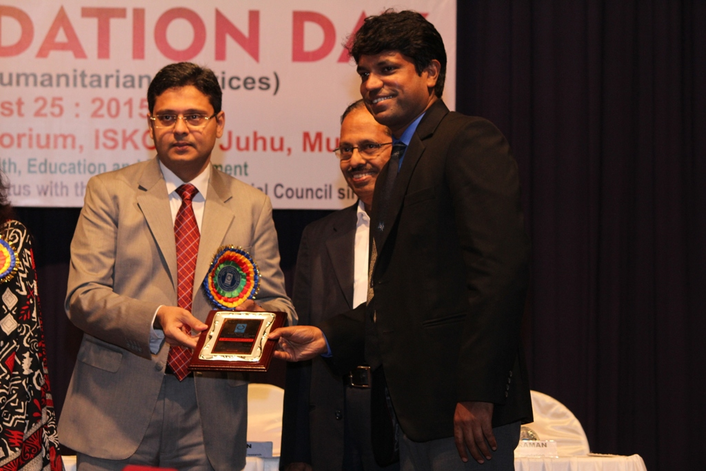 Mr Shim Mathew (Principal of VIBGYOR High Goregaon School) receiving the IDF Award - Image 2